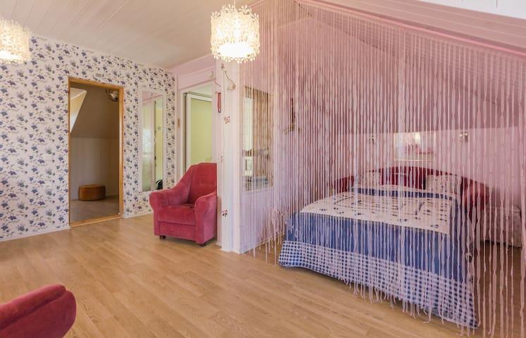 3rd floor bedroom with comfy new beds - 3 этаж, спальная с 2-местной удобной, новой кроватью и мягкой мебелью