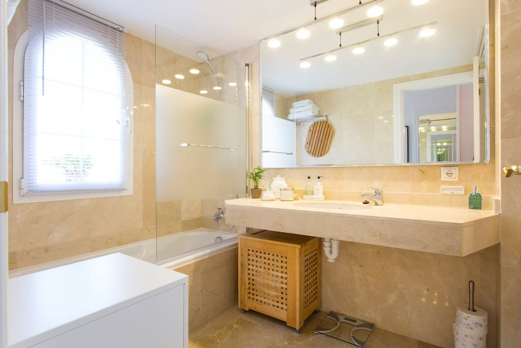 Master bedroom's en-suite bathroom