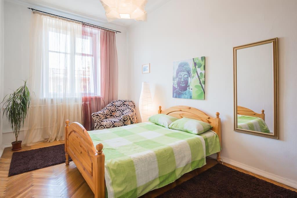 Спальня 3.Приятная атмосфера для отдыха. Отличная кровать для двоих. Шкаф платяной. Светильник. Кресло для отдыха.