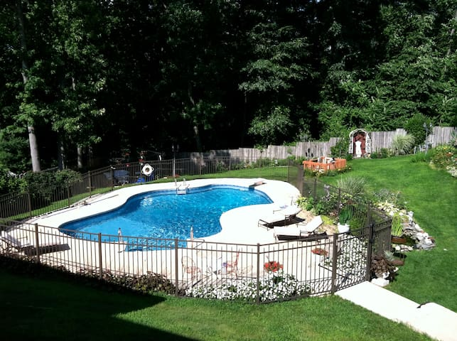 Large room with pool close to NYC and the beach - Hazlet - Huis