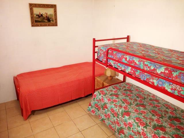 Camera tripla. (Un letto singolo, ed un letto a castello).  La biancheria da letto e da bagno sono comprese nella tariffa.