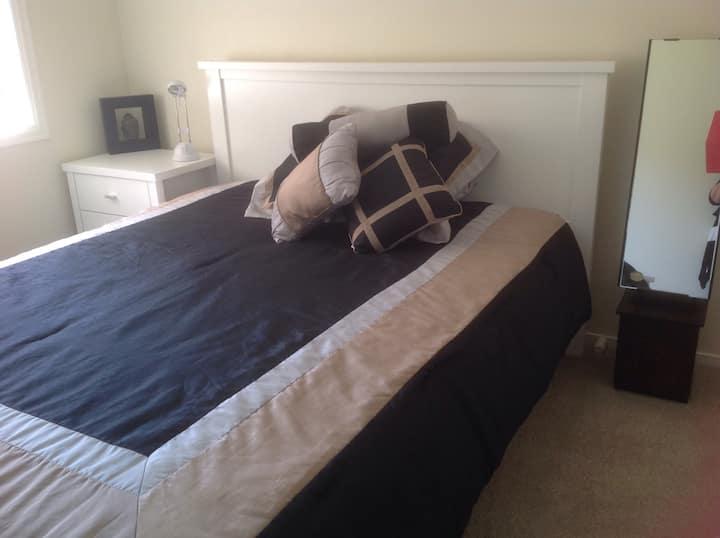 Cosy/ comfy/ quiet ,queen size bed