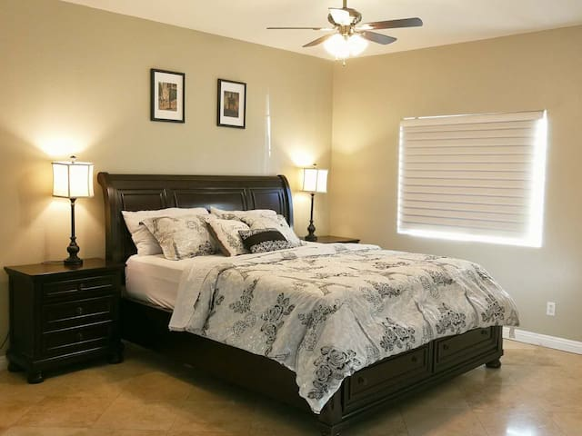 Downstairs large suite/King bed/Own bath/TV/#101