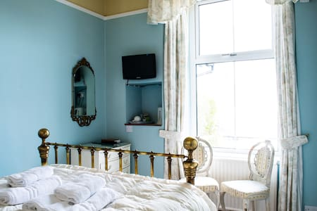 Blue Room: Comfy bed, lovely views - Bowness-on-Windermere