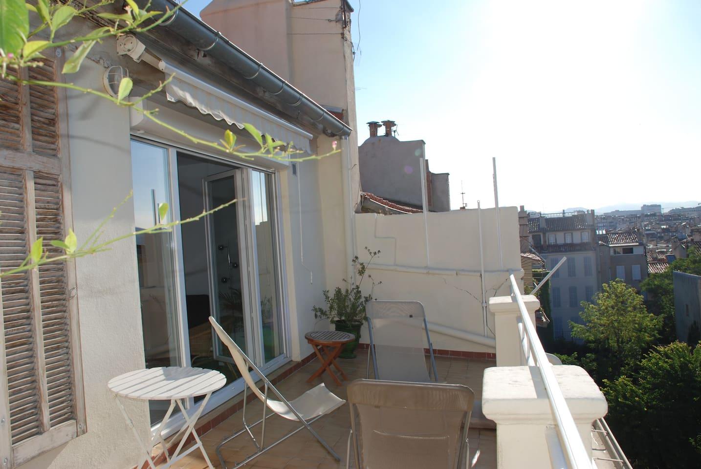 Terrasse 17 m² plein sud ouverte sur la pièce de séjour. Fenêtre donnant sur la chambre.