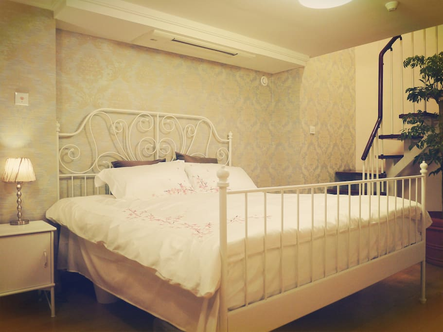 莱尔维克1.8米双人床,白鹅绒床品,三菱空调,幸福树