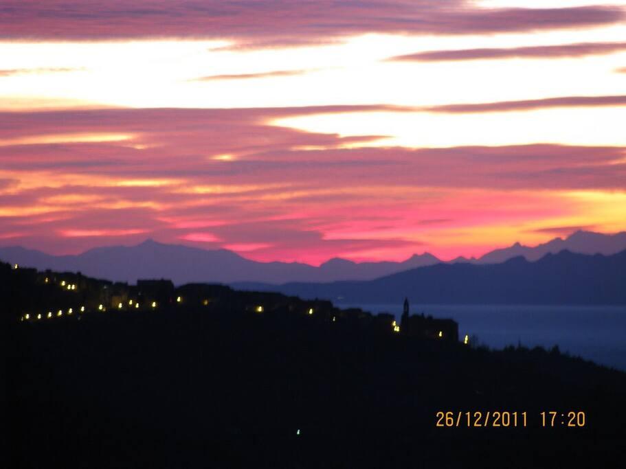 Blick vom Garten und der Wohnung auf die Inseln Elba und Korsika sowie das Nachbarstädtchen Scarlino