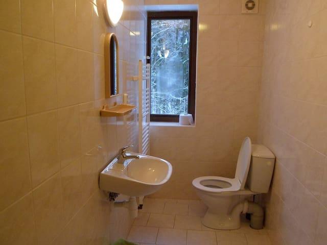 Každý pokoj má sprchu i WC