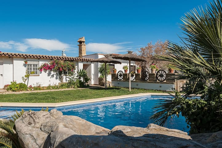 In idyllic location and with pool - Estudio