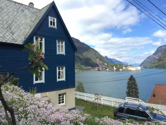 Fjord view, relaxing space, close to Odda centre