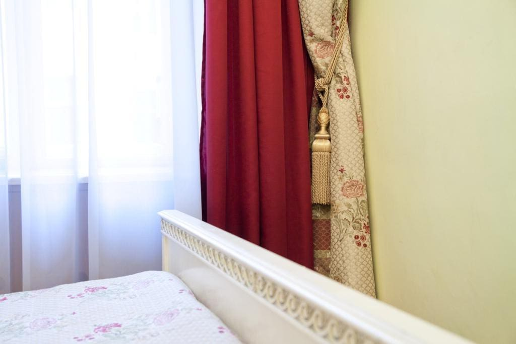 Bedroom with double bed. Спальня с двуспальной кроватью.