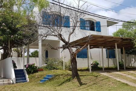 Casa/apartamento a dos cuadras cortas de la playa.