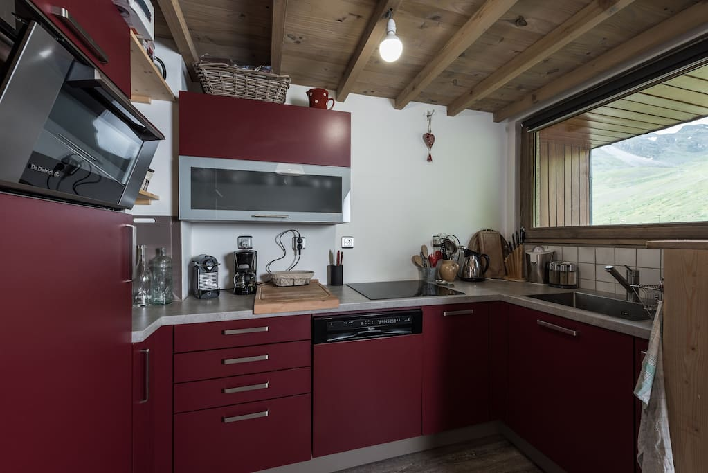 cuisine ouverte sur séjour toute équipée (machine nespresso, presse orange électrique, bouilloire, cafetière électrique, etc...)
