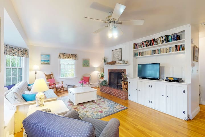 Charming island cottage w/ fireplace - close to town & beaches!