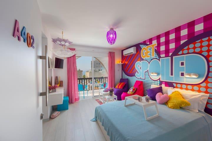 Castle Holiday Apartments, Pop Art Indulgence A402