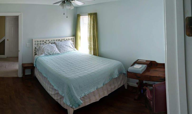 Simple room in House on very quiet Cul-de-Sac