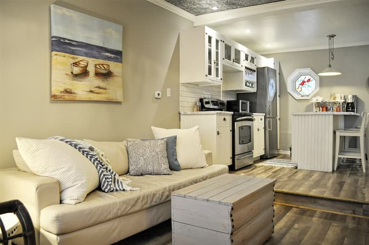 Century Home Apartment 🌟In Town🌟Best Wifi🌟