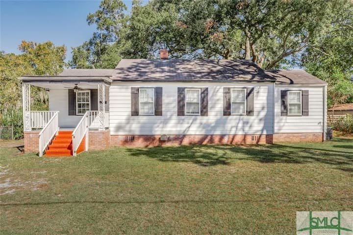 Charming Bungalow Centrally located in Savannah!