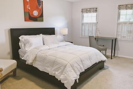 Huge, bright townhouse w/ parking in Annandale