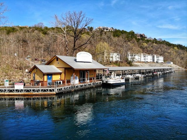 Sparkling Clean! Fisherman's Retreat on Taneycomo