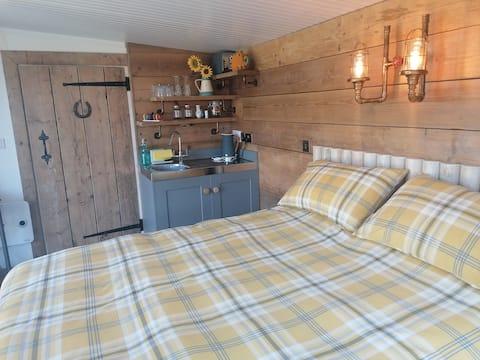 'New' Wiltshire retreat - private enclosed garden