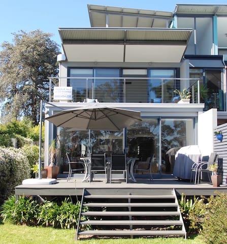 'Aquila' boutique beachfront apartment
