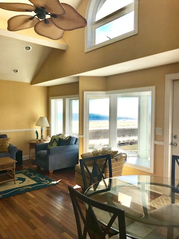 Beachfront 2bedroom condo with Private deck