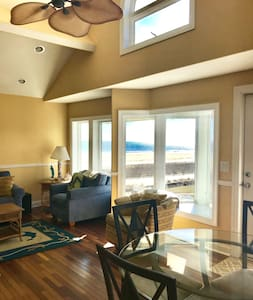 Beachfront 2bedroom condo with Private deck