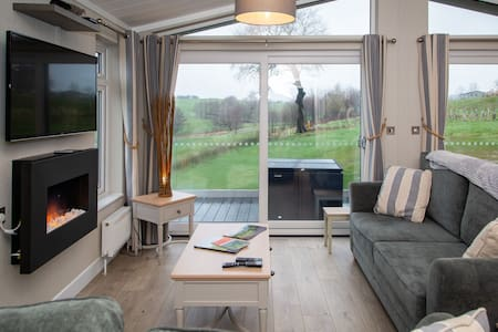 Kingsdale Lodge - Situated on a golf-course, with an optional hot tub