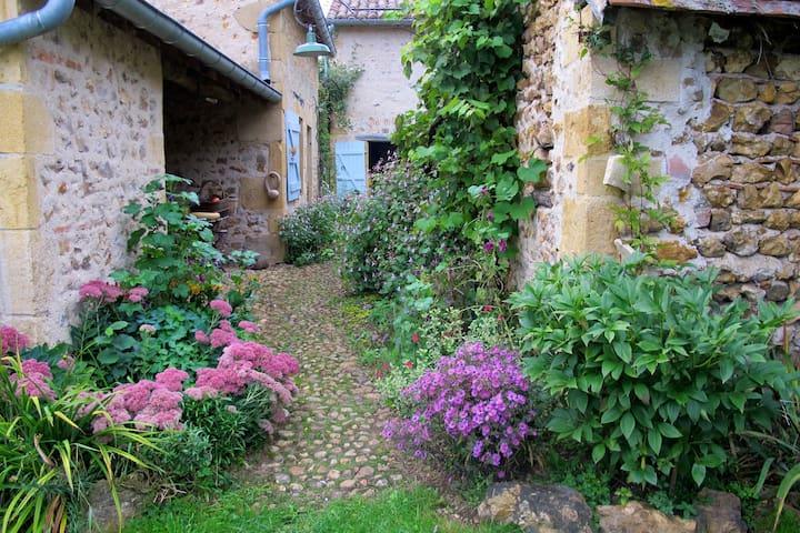 Maisonnette de charme au coeur de la nature. - Saint-Martin-du-Lac - House