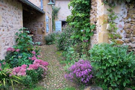 Maisonnette de charme au coeur de la nature. - Saint-Martin-du-Lac - Haus
