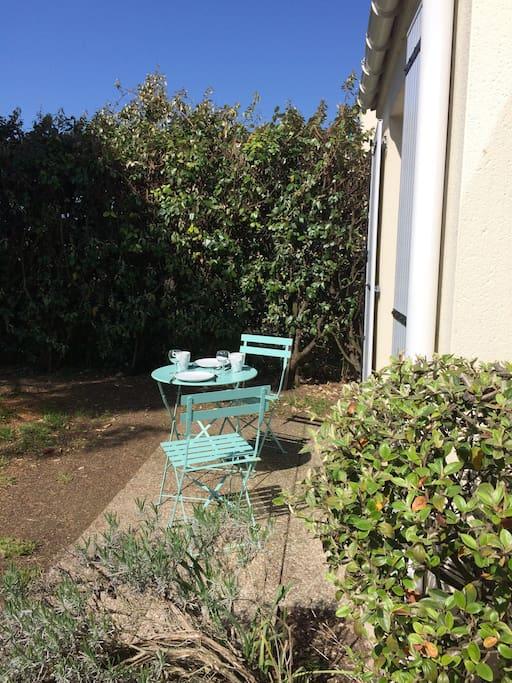 Jardin et petite terrasse avec table et chaises de jardin