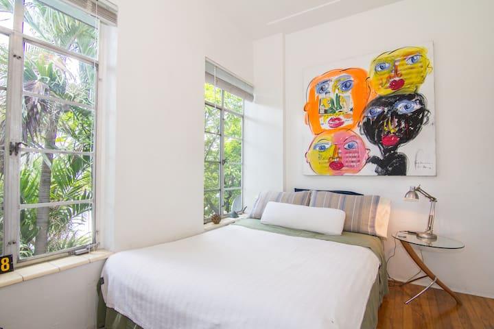 Private room in Miami Beach DECO D.