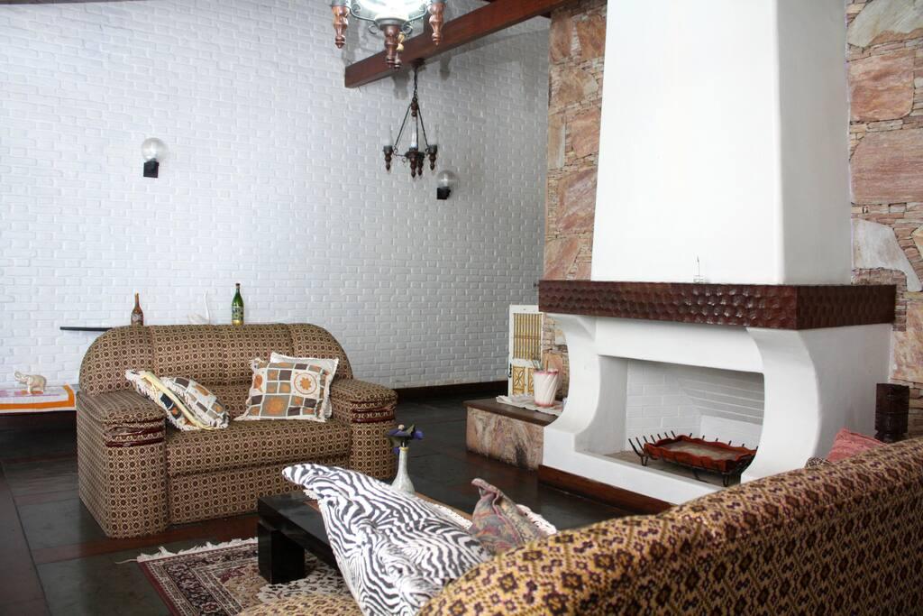 Sala  de  televisão Sala ampla com lareira  muito usada para estudo  pelos hóspedes da UFMG