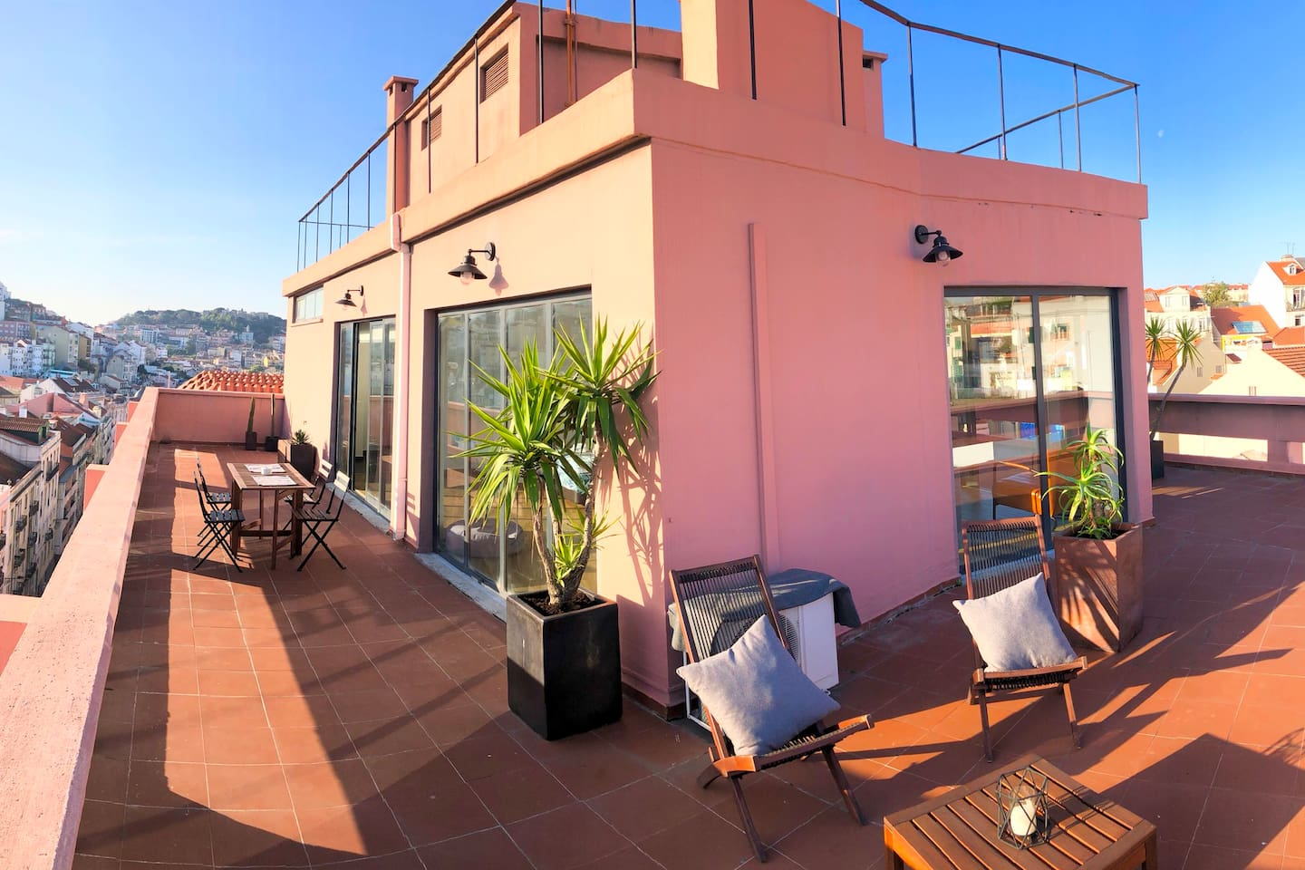 Top floor studio flat with private (almost 360) terrace. This is the taller building in the area with fantastic view over Lisbon