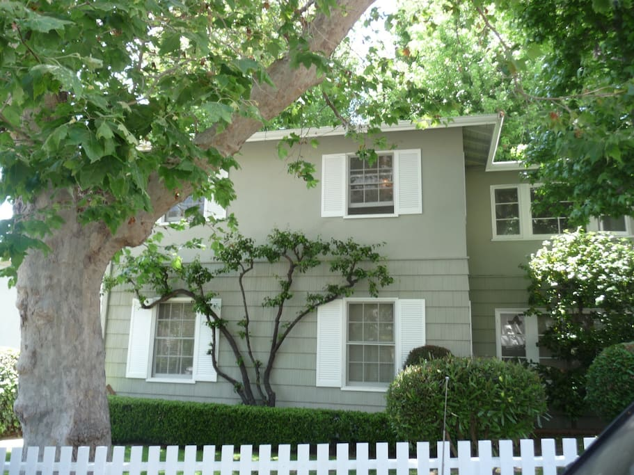 Gorgeous Upper Top Floor Duplex Pacific Palisades Walk to Beach and Village shops outside your door.