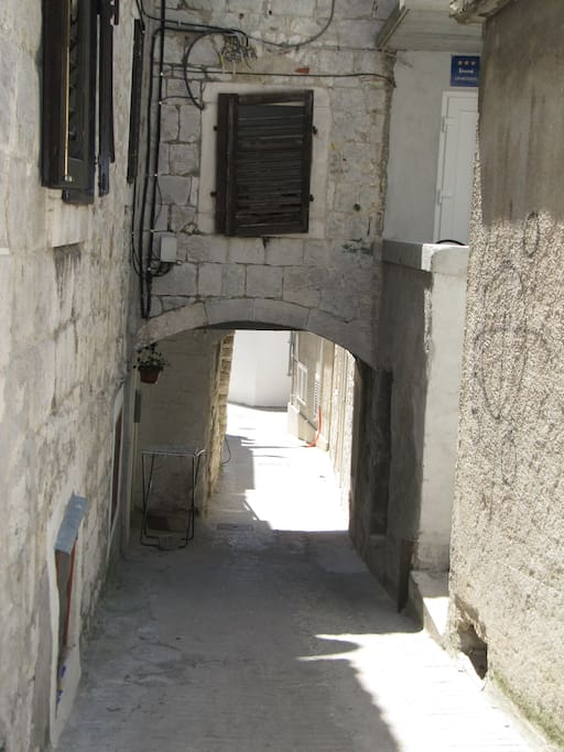 A small arch shows you are on your way to your Dalmatian apartment...