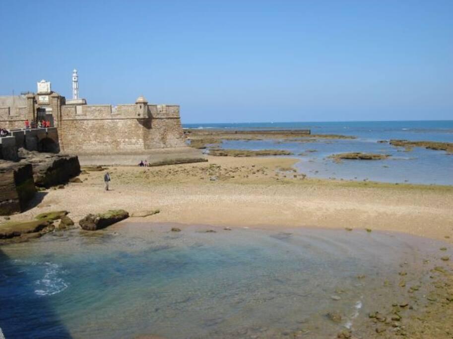 el Castillo de San Sebastián, en la playa de La Caleta, al lado de casa