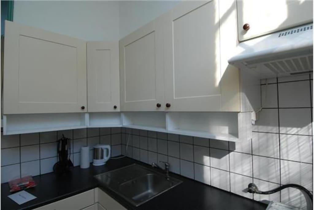 separate modern kitchen with fridge + freezing box, gascooker, sink w+c, cafemachine, watercooker, washer