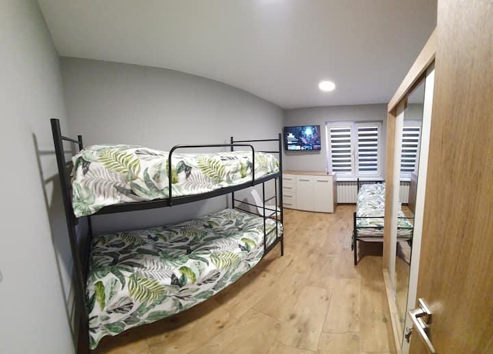 Pokój nr 4 · Pokój trzyosobowy piętro