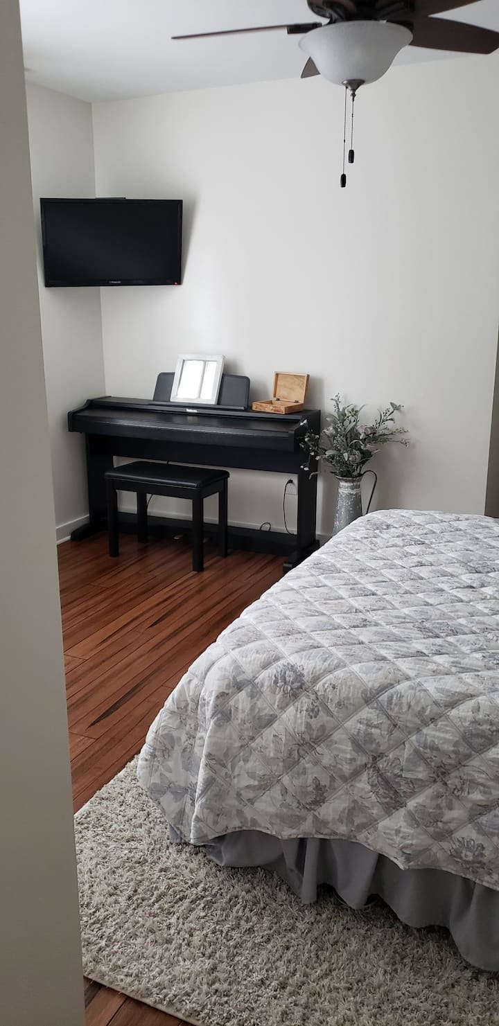Large Private room with queen bed