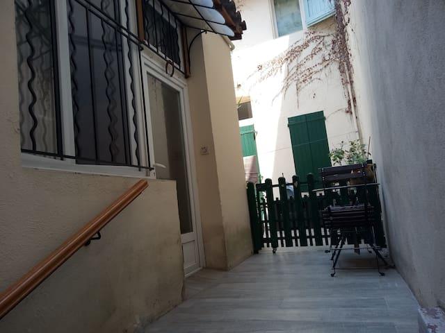 plein centre-ville Aix-en-Pce : studio très calme