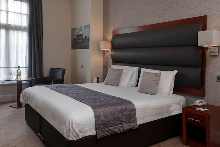 Essential and Business Travel Only: Stylish Double Two Beds At Worksop
