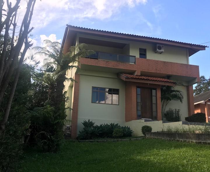Casa completa em pequeno condomínio familiar :)