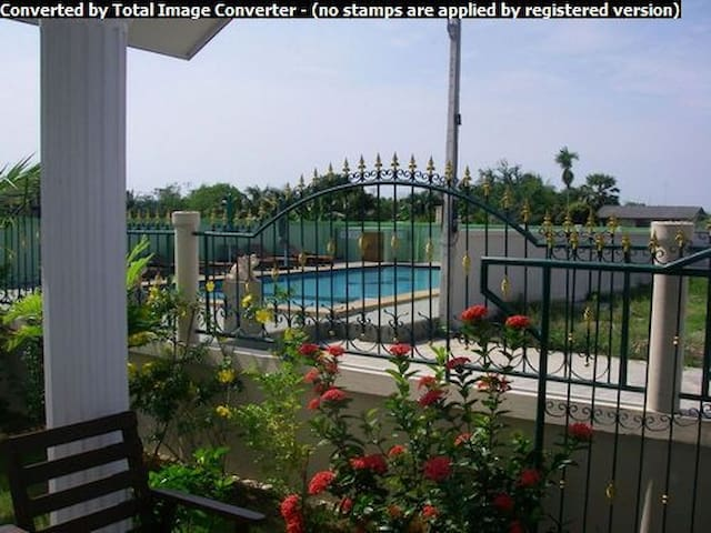 Beautiful 3 Bedroom Villa Poolside