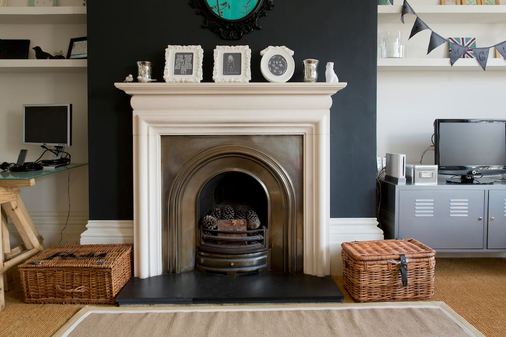 Living room: a nice fireplace (not to be used)