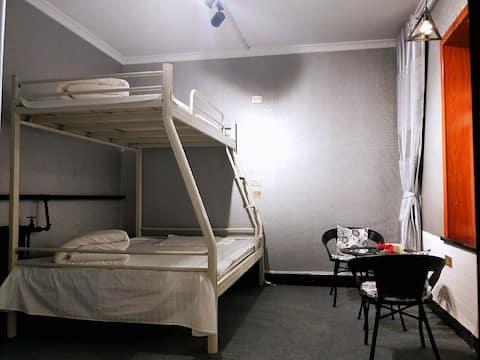 绿能客栈简约单床房 ,可住2-3人,停车方便,独立卫生间