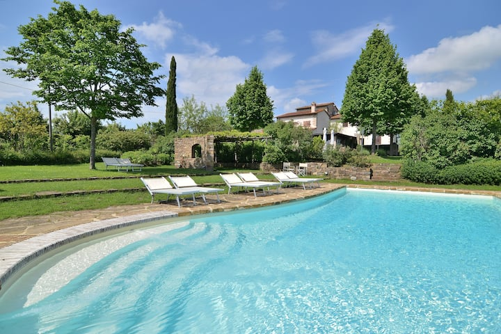 Entire panoramic Tuscan mansion, Pool, 14 guests