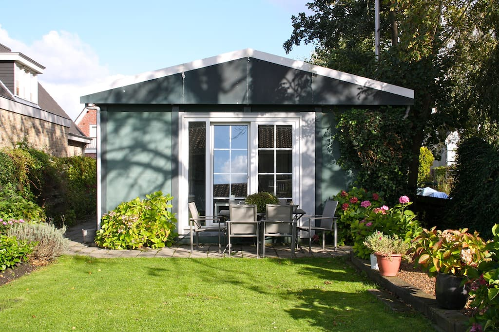 Bungalow with great riverview close to amsterdam chalet for Case affitto amsterdam economici