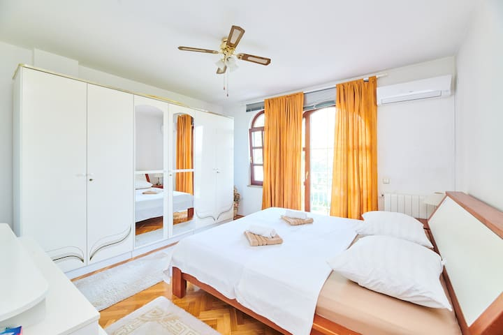 Airconditioned room 1, queen bed and exit to the balcony.